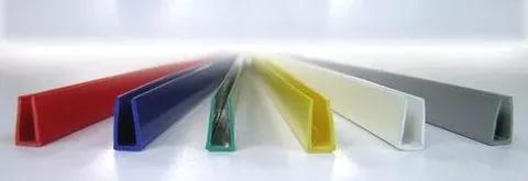 Отделка края вывески пластиковым П-образным профилем 8 или 10 мм.